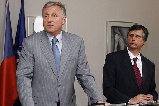 Premiér v demisi Mirek Topolánek (vlevo) a premiér Jan Fischer během tiskové konference konané 16. dubna 2009 v budově Úřadu vlády v Praze