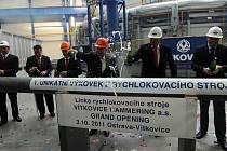 RYCHLOKOVÁRNA, nejmodernější provoz svého druhu v Evropě vybudovaný za více než dvě miliardy korun, dokáže zpracovat produkty do hmotnosti osmi tun. Srdcem linky je hydraulický lis a čtyři kovadla s výkonností až 240 úderů za minutu.