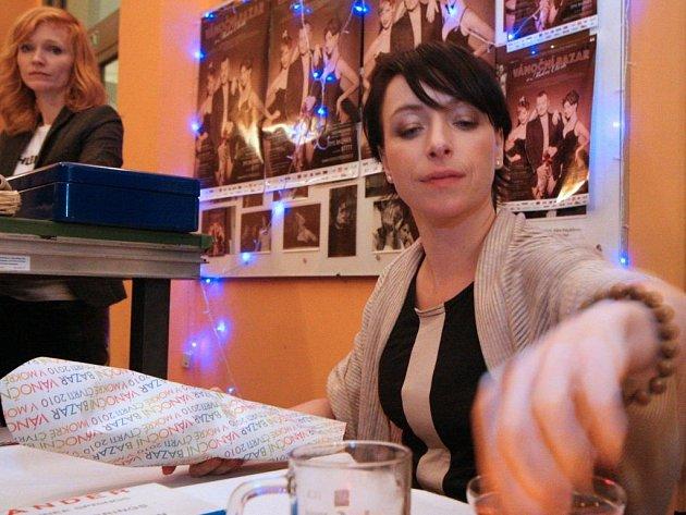 COPAK SI VYBEREME? Do Divadla DISK přišlo o víkendu na charitativní bazar několik stovek Pražanů. Na snímku tradiční organizátorky, Aňa Geislerová a Táňa Vilhelmová.