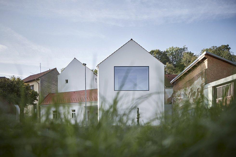 Všechny obytné prostory, včetně dětských podkrovních pokojů, mají přímou návaznost na prosluněnou svažitou zahradu