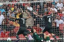 Fotbalisté Liverpoolu oslavují vlastní gól Arsenalu.