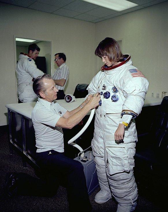 Anna Fisherová do kosmu letěla v roce 1984. Patřila tak nejen mezi první americké astronautky vůbec, ale stala se také první matkou, která vstoupila na oběžnou dráhu Země. Zde při zkouškách obleku přizpůsobenému ženskému tělu.