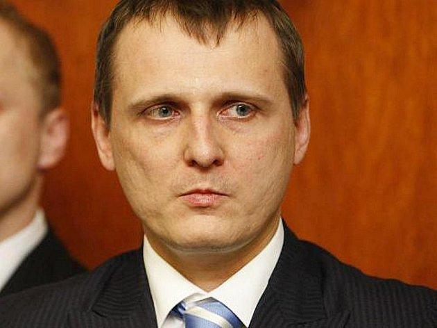 Sněmovní mandátový a imunitní výbor ve čtvrtek jednomyslně doporučil sněmovně, aby vydala k trestnímu stíhání předsedu poslanců VV Víta Bártu a nezařazeného poslance Jaroslava Škárku (dříve VV).