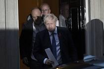 Britský premiér Boris Johnson opouští se svým poradcem Dominicem Cummingsem své sídlo v Downing Street v Londýně.