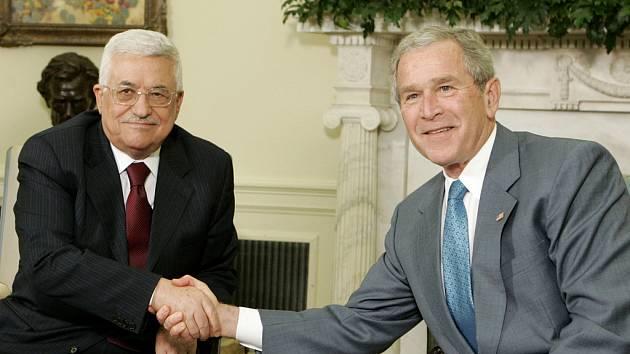 """George Bush (vpravo) ve čtvrtek v Bílém domě ujistil Mahmúda Abbáse, že otázku """"životaschopného"""" palestinského státu otevře během své květnové cesty na Blízký východ, chystané při příležitosti 60. výročí vzniku Izraele."""