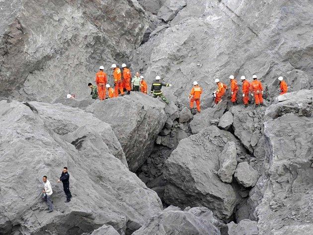 Při sesuvu půdy v Číně zemřelo osm desítek lidí