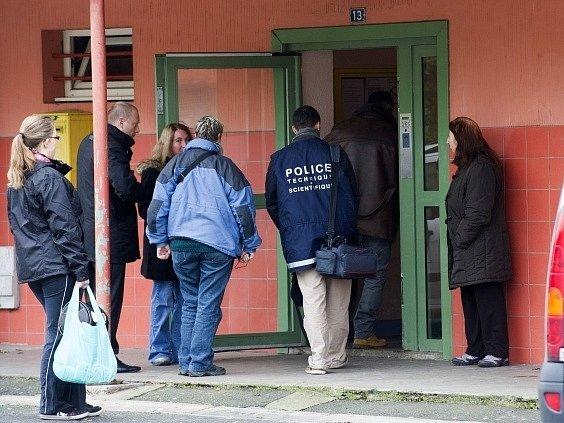 Vchod domu v obci Bar-le-Duc, kde došlo k vraždě třech dětí.