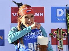 Na zdraví! Gabriela Koukalová oslavila titul mistryně světa ve sprintu pivem.