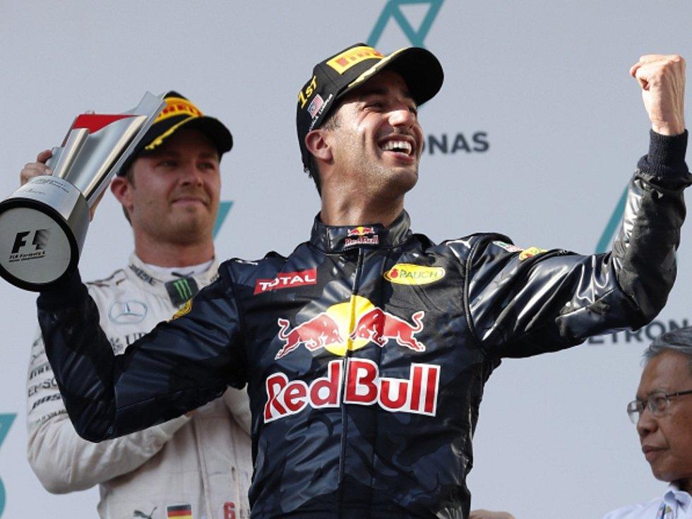 Daniel Ricciardo se raduje z triumfu ve Velké ceně Malajsie.