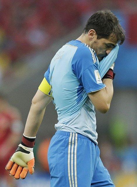 Zklamaný brankář Španělska Iker Casillas proti Chile.