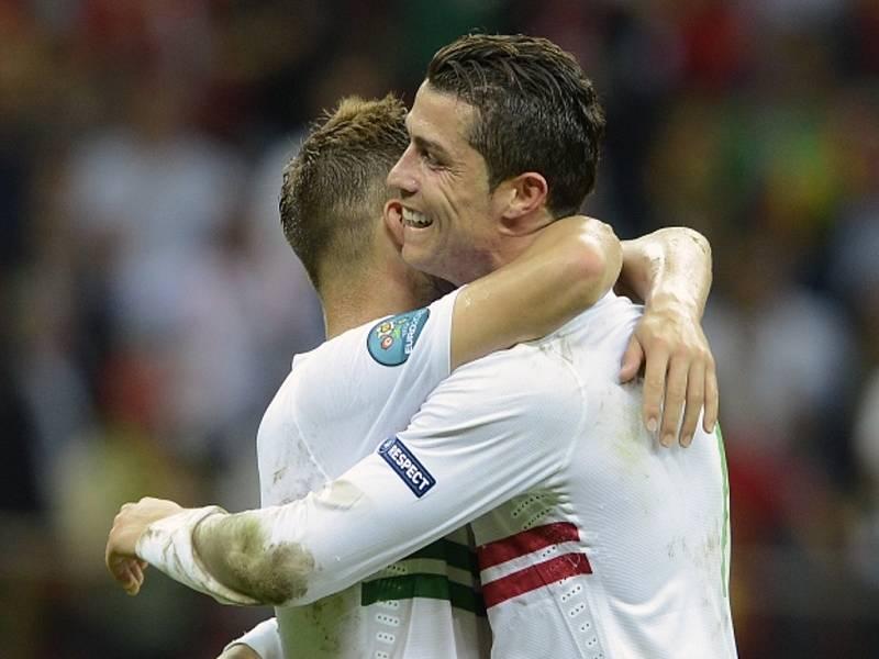Fotbalisté Portugalska Cristiano Ronaldo (vpravo) a Miguel Veloso se radují z vítězství na Českou republikou ve čtvrtfinále ME.