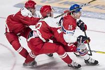 Adam Musil (vpravo) se snaží prosadit proti Dánsku.