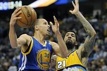 Stephen Curry z Golden State (vlevo) a Wilson Chandler z Denveru.