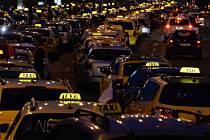 Taxikáři blokovali 8. února ráno kolem páté hodiny pražskou magistrálu na protest proti nelegálním taxislužbám a maximální povolené ceně.