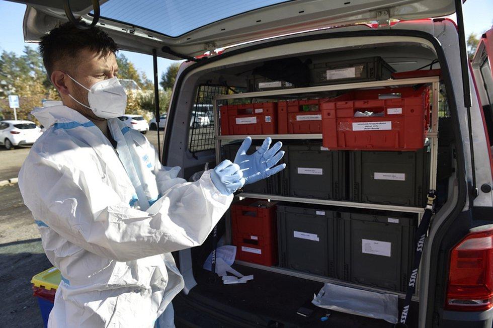 Jeden ze dvou mobilních odběrových týmů hasičů, které v Jihomoravském kraji vyjíždějí domů k lidem s podezřením na koronavirus