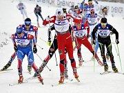 Nor Petter Northug (uprostřed) ve vedení skiatlonu na MS v Oslu.