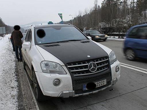 Policisté zadrželi muže, který agresivní a nebezpečnou jízdou ohrožoval ostatní řidiče a způsobil nehodu na brněnské dálnici D1. Řidič údajně ve dvou případech předjel pomalejší automobily zprava, opět se před ně zařadil a prudce brzdil.
