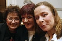 TŘI POSTAVY, TŘI OSUDY. Jana Boušková, Taťjana Medvecká a Petra Špalková před premiérou Mikve.