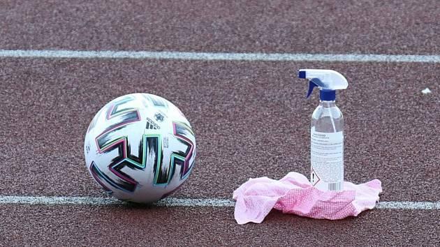 Fotbalový míč a dezinfekce. Ilustrační foto.