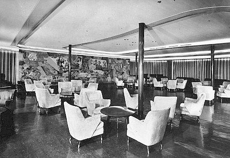 Parník Andrea Doria svým cestujícím ve všech třech třídách nabízel opravdu luxusní prostředí a služby. Na snímku je jeden z tanečních sálů.