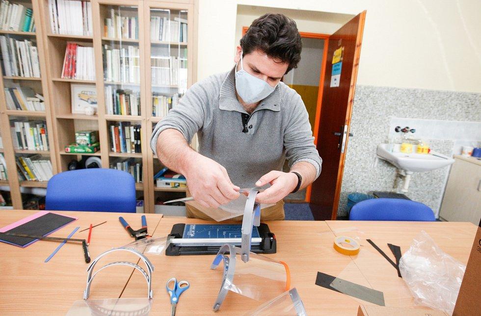 Pardubický Dům dětí a mládeže Alfa vyrábí na 3D tiskárně ochranné štíty pro Pardubickou nemocnici.