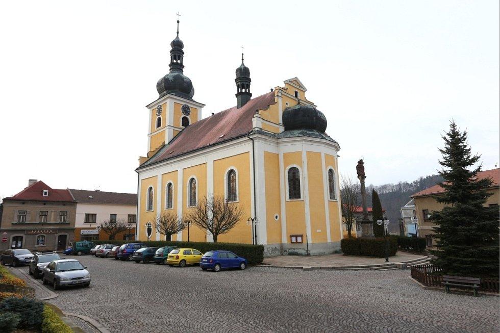Dominantou úpického náměstí je kostel svatého Jakuba Většího z roku 1705.