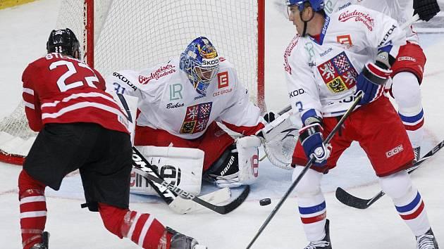 Gólman české reprezentace Ondřej Pavelec zasahuje v přípravném zápase s Kanadou.