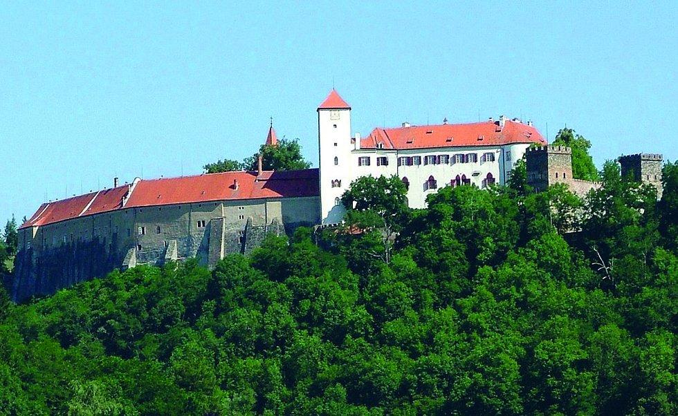 Svérázná vesnička Bítov se nachází pětadvacet kilometrů od Znojma. Hlavním turistickým lákadlem je hrad Bítov nedaleko vesnice.