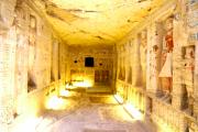 Hrobka je asi deset metrů dlouhá, tři metry široká a stejně tak i vysoká.