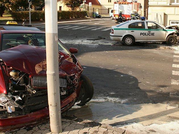 Policejní auto se srazilo v Lounech s taxíkem