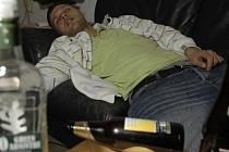 Intenzita kocoviny pravděpodobně závisí částečně na zděděných predispozicích. Ukázaly to podle britského deníku The Guardian první studie zkoumající vliv genů na bolesti hlavy po pití alkoholu. Ilustrační foto.