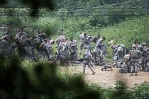 Severokorejský vůdce Kim Čong-un uvedl dnes jednotky na hranicích s Jižní Koreou do stavu plné bojové pohotovosti.