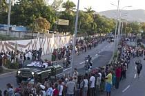 """Smuteční průvod s urnou doprovázený vojáky ve slavnostních uniformách vyšel dnes krátce po půl sedmé místního času (po 12:30 SEČ) z parku Revoluce. Podél silnice zpívaly tisíce lidí národní hymnu a volaly """"Yo soy Fidel!"""" (Jsem Fidel!)."""