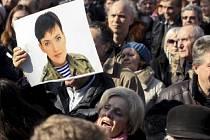 Několik stovek lidí dnes demonstrovalo před ruskou ambasádou v Kyjevě, protestující dav se dožadoval propuštění ukrajinské letkyně Nadiji Savčenkové.