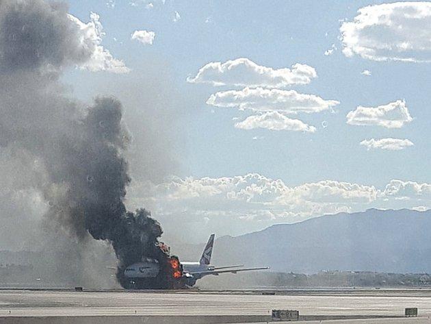 Letadlu společnosti British Airways začal během přípravy na start hořet jeden z motorů.