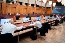 Neformální jednání ministrů zahraničí v Berlíně. Nikos Dendias (vlevo) z Řecka mluví se svým lucemburským protějškem Jeanem Asselbornem