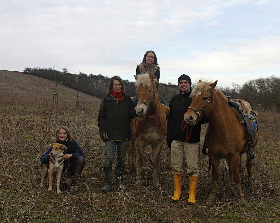 Rodina Kutáčkových z Vyškovska. Možná nejstarší českou unschoolerkou je sedmnáctiletá Linda (na koni). Do školy nikdy nechodil ani její třináctiletý bratr Víťa.