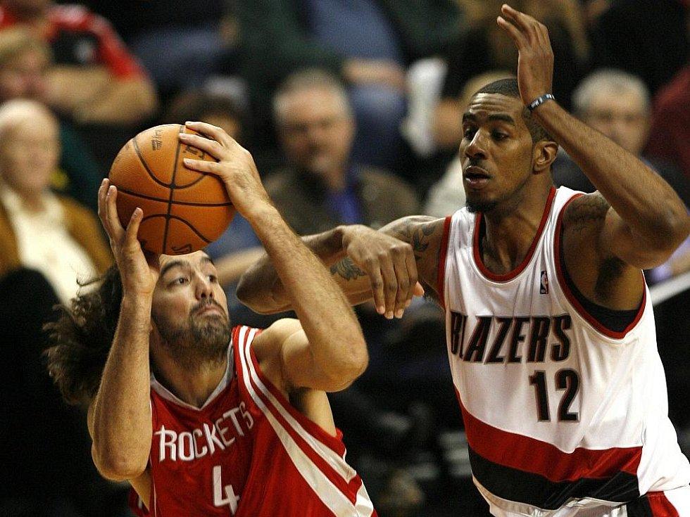 Luis Scola z Houstonu (vlevo) se snaží obehrát LaMarcuse Aldridgeho z Portlandu.