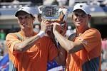 Mike a Bob Bryanové - Mike Bryan (vlevo) a Bob Bryan s trofejí pro vítěze US Open ve čtyřhře.