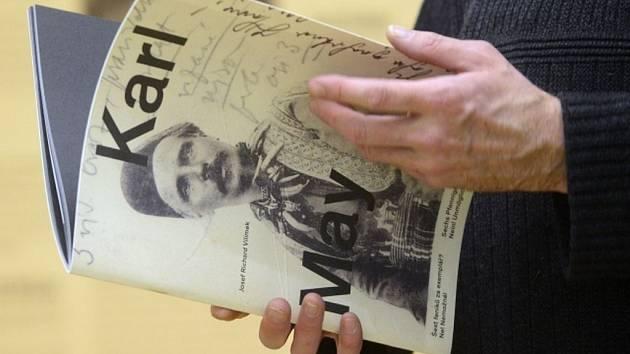Výstava dosud nevystavované korespondence německého spisovatele dobrodružných románů Karla Maye byla zahájena 27. února v Náprstkově muzeu v Praze.