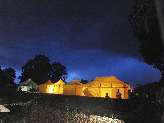 Koncert britské skupiny Deep Purple ve Slavkově u Brna byl kvůli prudké bouři (na snímku krátce před zahájením akce) odložen ze 4. na 5. srpna večer.