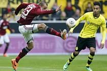 Adam Hloušek z Norimberku v akci proti Dortmundu