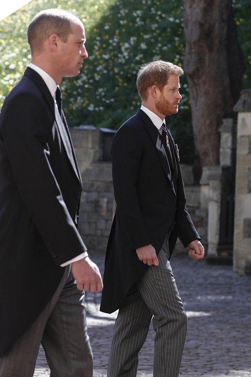 Princové William a Harry ve smutečním průvodu.