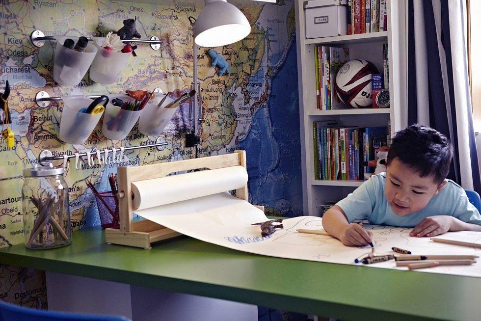 Malování povoleno. Čisté stěny zachrání obyčejná role papíru, popisovací tabulové fólie či stojan s vyměnitelnými archy papírů velkého formátu.