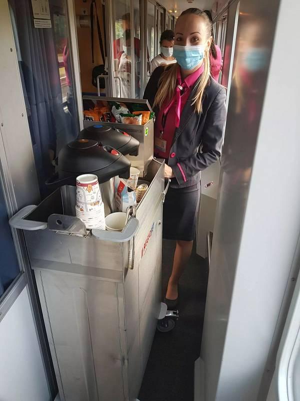 Stevardka ve voze RegioJetu.