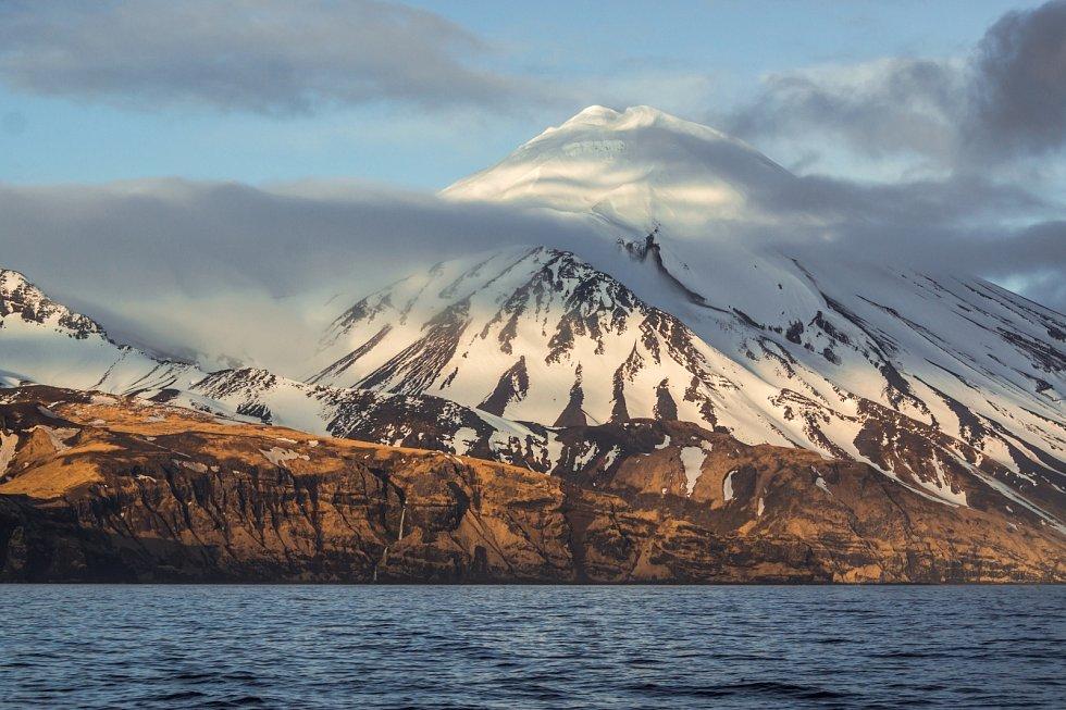 Sopka Great Sitkin na Aleutských ostrovech na Aljašce.