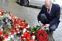 Zapálením svíčky a položením květin uctil premiér Bohuslav Sobotka 2. března v Uherském Brodě památku obětí útoku, který si vyžádal osm lidských životů.