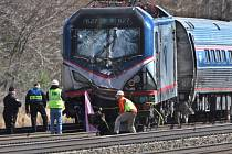 Nejméně dva lidé zemřeli při dnešní vlakové nehodě v americkém státě Pensylvánie, kde vykolejil vlak převážející přes tři stovky pasažérů.