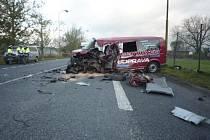 Těžká dopravní nehoda 20. října dopoledne blokovala hlavní silnici číslo 9 z České Lípy na Prahu. V Jestřebí na Českolipsku se na křižovatce se silnicí 38 srazil nákladní automobil s dodávkou Volkswagen Transporter. Při nehodě utrpěli zranění tři muži.