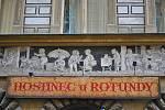 Sgrafita Františka Ženíška nad hostincem U Rotundy v ulici Karoliny Světlé